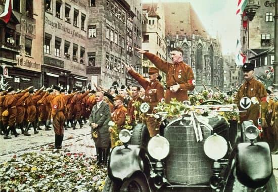 Défilé de SA devant Hitler, Nuremberg, 1927.