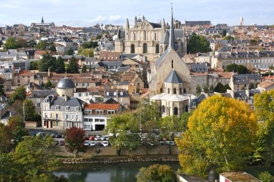 Encyclop die larousse en ligne poitou charentes for Habitat de la vienne chatellerault